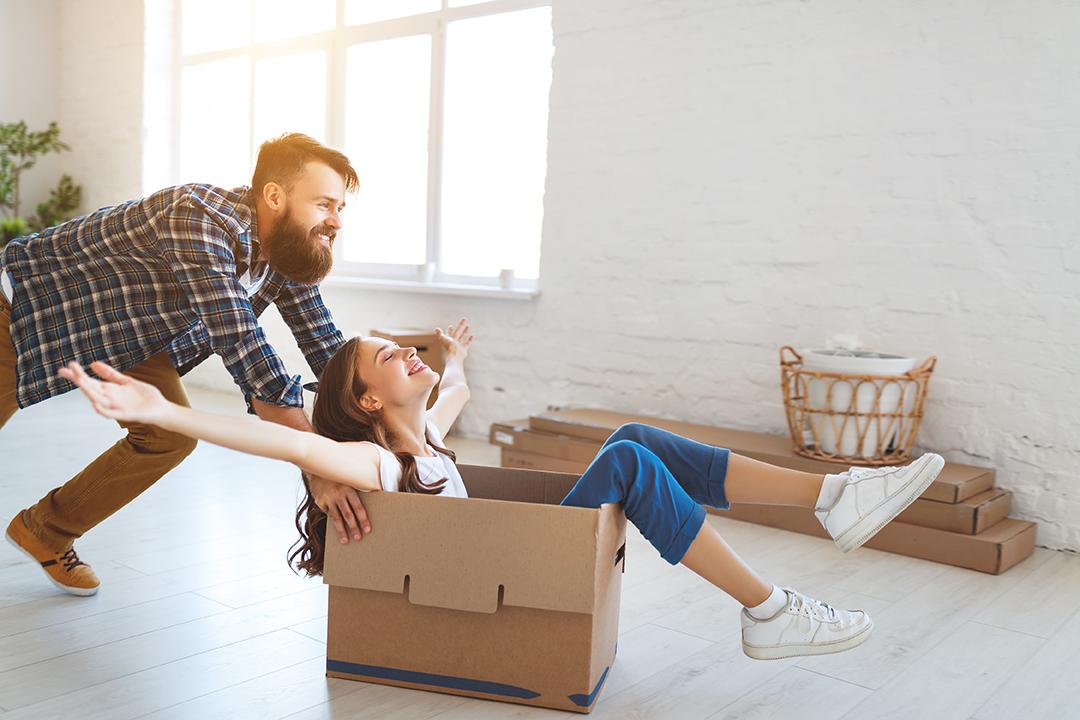 Glückliches Paar hat Ihre Traum Wohnung mit Peter Munk Immobilien gefunden